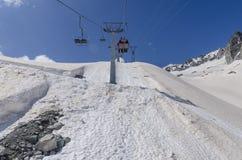 在山的上面的滑雪电缆车在高度的2400米在阿尔卑斯 免版税图库摄影