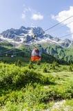 在山的上面的滑雪电缆车在高度的2400米在阿尔卑斯 免版税库存照片