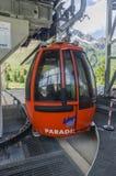 在山的上面的滑雪电缆车在高度的2400米在阿尔卑斯 免版税库存图片