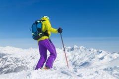 在山的上面的Freeride滑雪者 免版税库存图片