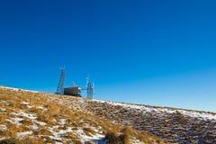 在山的上面的Telecomunication驻地 库存图片