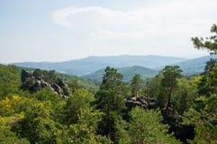 在山的两个岩石 免版税库存图片