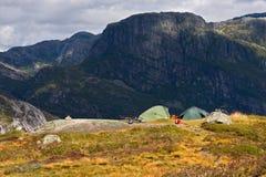 在山的两个帐篷 库存照片