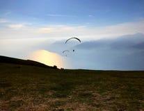 在山的两人滑翔伞 图库摄影