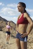 在山的两位母慢跑者 库存照片