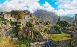 在山的中世纪镇废墟 免版税库存照片