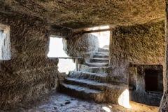 在山的中世纪洞城市堡垒Chufut无头甘蓝 免版税图库摄影