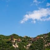 在山的中国寺庙 免版税库存图片