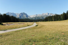 在山的乡下公路 免版税图库摄影