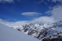 在山的云彩 库存照片