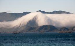在山的云彩 免版税库存图片