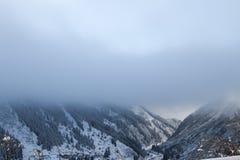 在山的云彩 库存图片