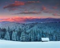 在山的五颜六色的冬天日出 雾和雪上面的看法 库存照片