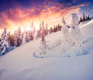 在山的五颜六色的冬天日出 图库摄影