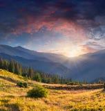 在山的五颜六色的夏天风景 免版税库存照片