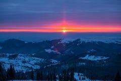在山的五颜六色的日出 免版税库存照片