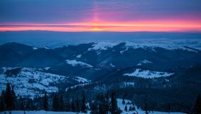 在山的五颜六色的日出 免版税库存图片