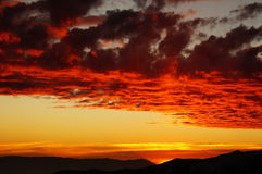 在山的五颜六色的火热的日落 库存照片