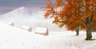 在山的五颜六色的秋天日落。 库存图片