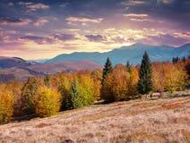在山的五颜六色的秋天日落 免版税库存照片