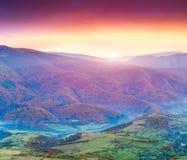 在山的五颜六色的秋天日落 库存图片