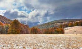 在山的五颜六色的秋天风景。 图库摄影