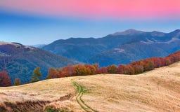 在山的五颜六色的秋天风景 库存图片