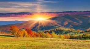 在山的五颜六色的秋天风景 免版税库存图片