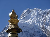 在山的佛教stupa 免版税图库摄影