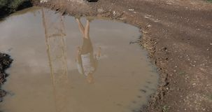 在山的偏僻的步行 一个男性游人的Reflecion在肮脏的水中在水池 影视素材