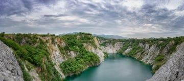 在山的全景与河 库存照片