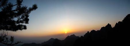 在山的全景日出 库存图片