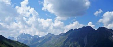 在山的全景视图 库存图片