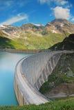 在山的具体水坝 免版税图库摄影