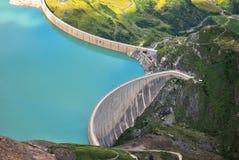 在山的具体水坝 库存照片