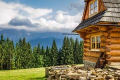 在山的农村村庄 免版税库存照片