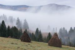 在山的农村风景 干草堆烘干在领域的干草 免版税库存照片