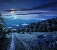 在山的冬天在晚上见面在谷的春天 免版税图库摄影