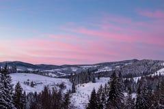 在山的冬天日出 免版税库存图片