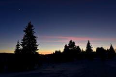 在山的冬天日落 免版税库存照片