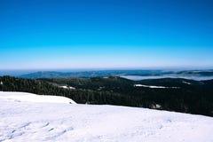 在山的冬天横向 库存图片
