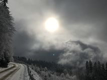 在山的冬天路 免版税库存图片