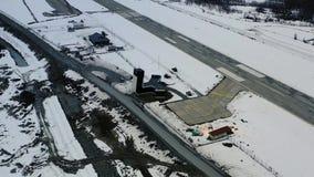 在山的冬天,有一条跑道的一个小机场从大角度,4k 股票视频