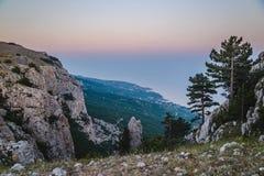 在山的冷的日落在夏天在克里米亚 免版税图库摄影