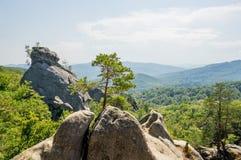 在山的切好的石头 免版税库存图片