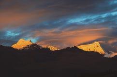 在山的剧烈的日落,秘鲁 库存照片