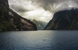在山的剧烈的暴风云在半信半疑的声音 库存照片