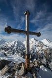 在山的十字架 库存图片