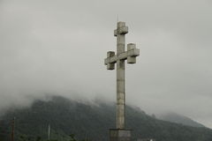 在山的十字架 免版税图库摄影