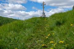 在山的十字架 图库摄影